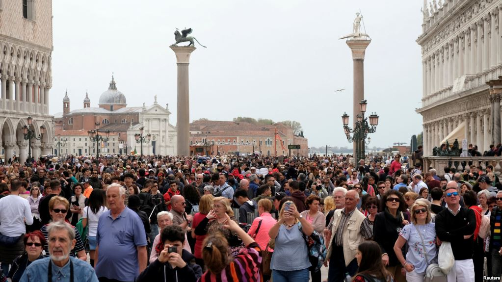Swamped by Tourists, Venice Plans Visitor Fees